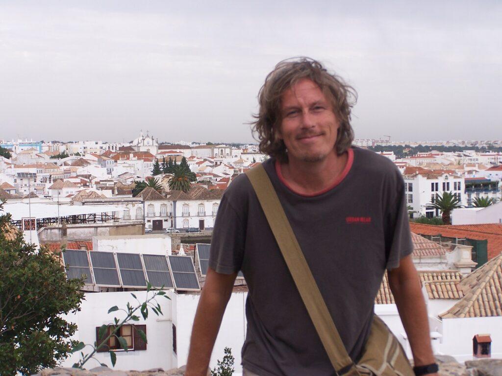 Hoog verheven boven een Portugees plaatsje.
