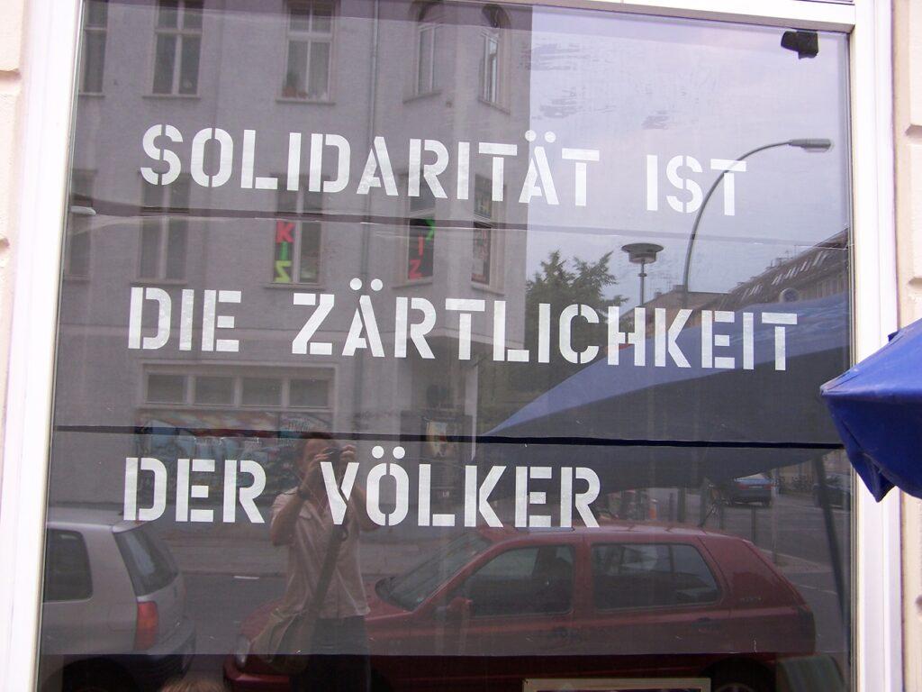 Opschrift in een winkelstraat in Berlijn.